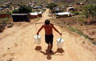 acarreo_de_agua_en_asentamiento_de_campesinos_sin_tierras_chico_mendes_pernambuco_alejandro_arigonips
